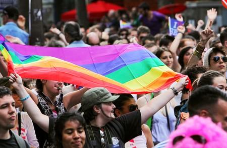 transexual: PARIS - el 27 de junio: Personas participan en el desfile del orgullo Gay de Par�s para apoyar los derechos homosexuales, el 27 de junio de 2009 en Par�s, Francia. Editorial