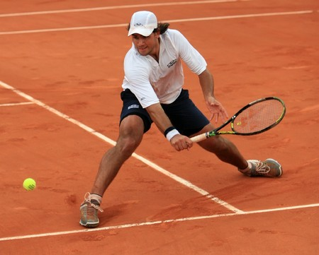 torneio: PARIS - MAY 23: Argentinas professional tennis player Eduardo Schwank during the match at French Open, Roland Garros on May 23, 2008 in Paris, France. Editorial