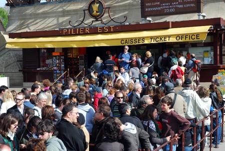 PARIS - el 10 de abril: Miles cola para entradas de Torre Eiffel después de un año y medio días de huelga, donde personal exigido trabaja mejor las condiciones, el 10 de abril de 2009 en París, Francia. diario de 500 trabajadores servicio a 18.000 turistas de ca en el sitio.  Foto de archivo - 7737123