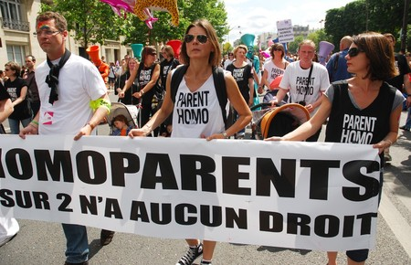 transexual: PARIS - el 27 de junio: Los padres homosexuales participan en el desfile del orgullo gay de Par�s para apoyar los derechos LGBT y exigir la igualdad, el 27 de junio de 2009 en Par�s, Francia.