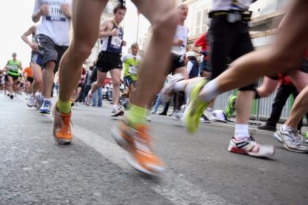 maraton: PARIS - abril 5: 31,373 personas participaron en la marat�n anual de Par�s, que comenz� desde el arco de triunfo y corri� a trav�s de la ciudad de Par�s, el 5 de abril de 2009 en Par�s, Francia.