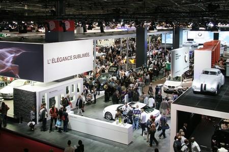 exhibition crowd: Parigi - 11 ottobre: Visitatori presso il Paris Motor Show 2010 a Porte de Versailles, il 11 ottobre 2010 a Parigi, Francia