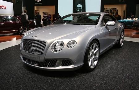 gt: Parigi - 14 ottobre: Bentley che New Continental GT viene visualizzato presso il Paris Motor Show 2010 a Porte de Versailles, il 14 ottobre 2010 a Parigi, Francia Editoriali