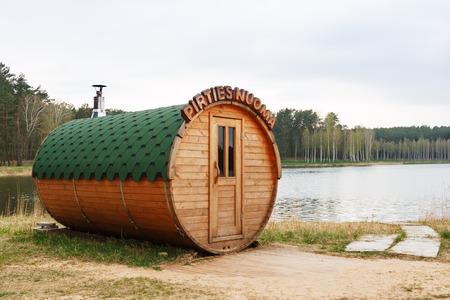 리투아니아의 호수에 둥근 배럴 사우나