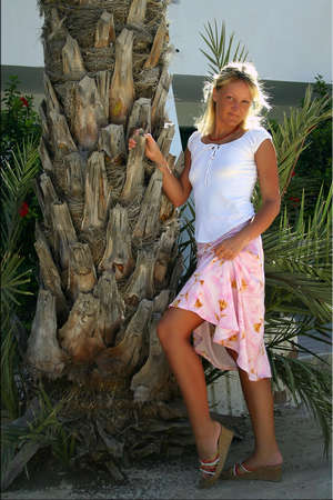 nice legs: Happy Beautiful smiling suntanned blonde with nice legs in white blouse and pink skirt Stock Photo