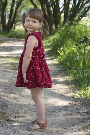 sandal tree: Rural ni�a en la carretera es el pa�s que cuenta con usted y sonriente en la luz del sol