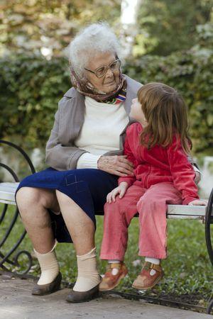 great grandmother: Gran abuela y el ni�o sentado en un banco en el parque y mir�ndonos unos a otros