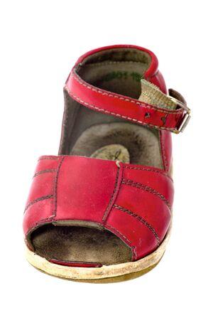 heirlooms: Usato bambino sandalo rosso isolato su bianco Archivio Fotografico