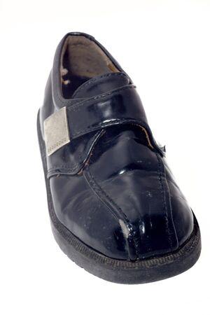 heirlooms: Scarpe bambino nero usato isolata on white  Archivio Fotografico