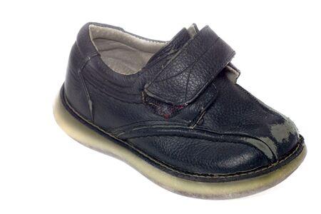 heirlooms: Usato nero scarpa bambino isolato su bianco