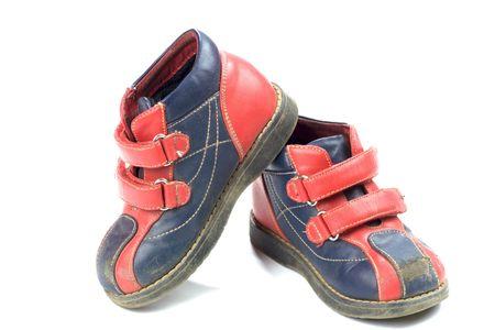 heirlooms: Utilizzati rosso-blu bambino scarpe isolato su bianco