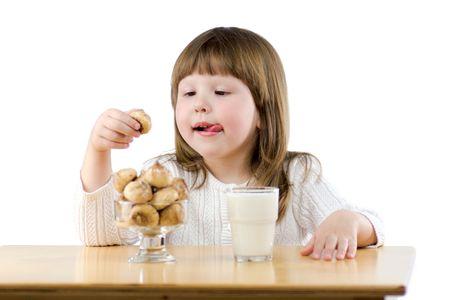 tomando refresco: Ni�a sentada en la mesa de madera de haber aislado Desayuno en blanco