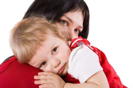 baby huilen: Moeder bedrijf huilende baby traan die op wit wordt geïsoleerd Stockfoto