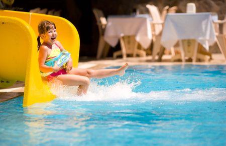 Chica de deslizamiento en la piscina durante las vacaciones de verano de vacaciones Turquía Foto de archivo