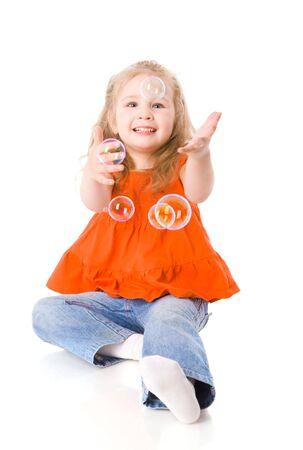bulles de savon: Happy Girl joue avec des bulles de savon isol� sur blanc