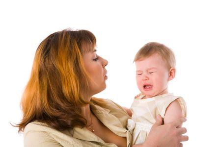 fille pleure: La m�re de baby crying exploitation an �ge isol�e sur blanc Banque d'images
