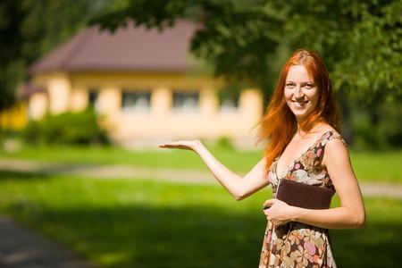 Real Estate Agent glimlach bij nieuwe woning te koop  Stockfoto