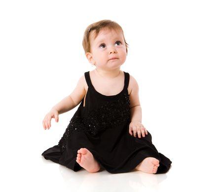 traje de gala: Un a�o beb� a ni�a llevaba vestido de noche negro aislado en blanco Foto de archivo