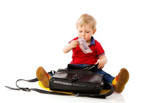 validez: Ni�o tomar dinero de la cartera de padre aislado en blanco