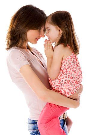 familia orando: Madre con hija compartir secretos aislados en blanco