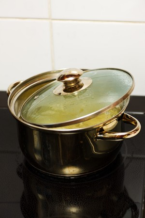 steel pan: sausepan sobre una estufa el�ctrica con la pasta en agua hirviendo  Foto de archivo