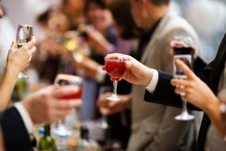 와인: 샴페인과 와인과 함께 서로를 응원하는 휴가 이벤트 사람들 스톡 사진