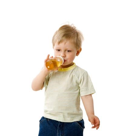the thirst: Boy assetato bere succo isolata on white