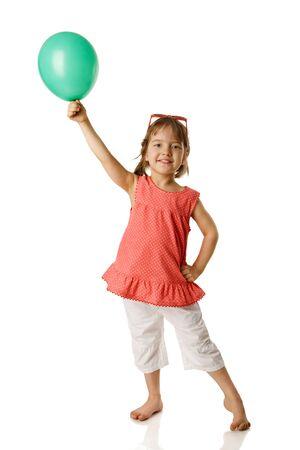 Chica quinquenal alegre celebración globo aislado en blanco Foto de archivo