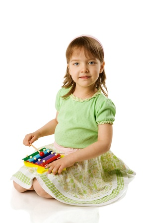 xilofono: Chica jugando el xil�fono aislado en blanco