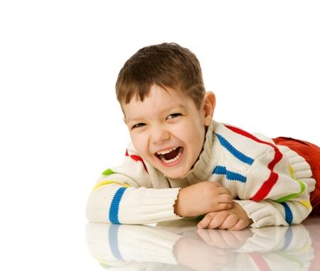 bambini pensierosi: Ragazzo di quattro anni sdraiato sul pavimento isolata on white