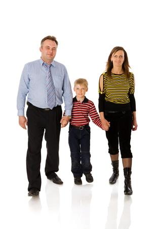 ni�o parado: Familia feliz con kid junto aislado en blanco