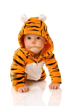 bambini pensierosi: Sei indossando tigre di mese bambino soddisfare seduta isolata on white