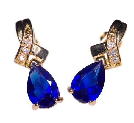 aretes: Dos aretes de oro zafiro con peque�os diamantes aislados en blanco