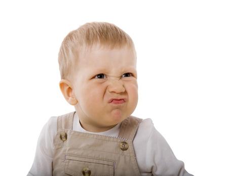 personne en colere: Pensive gar�on un an age regardant c�t� isol� sur fond blanc