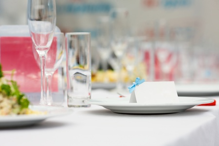 wedding guest: Blank event Guest Card on plate in restaurant Stock Photo