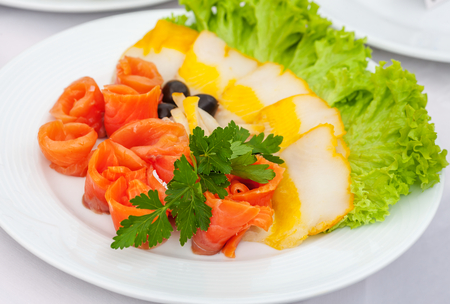 plato de ensalada: Assorted beautifully served fish slices on a plate with salad