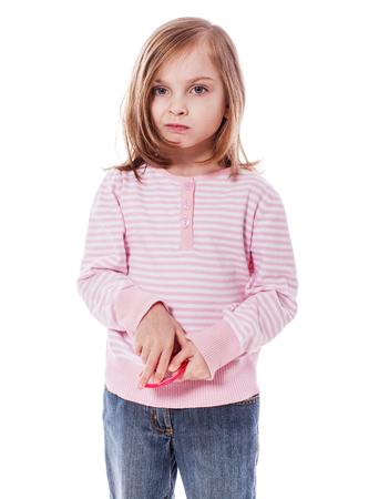fille triste: cinq ans fille mécontent de son apparence dans le miroir isolé Banque d'images