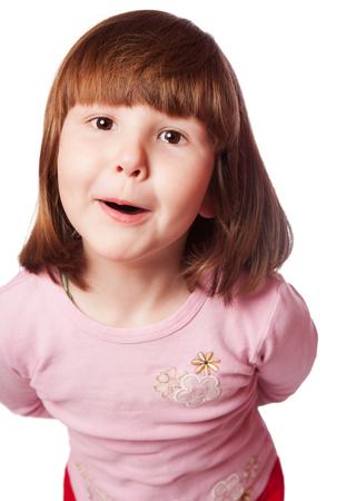 cabello corto: Muchacha sorprendida con el pelo corto y ojos marrones mirando hacia arriba