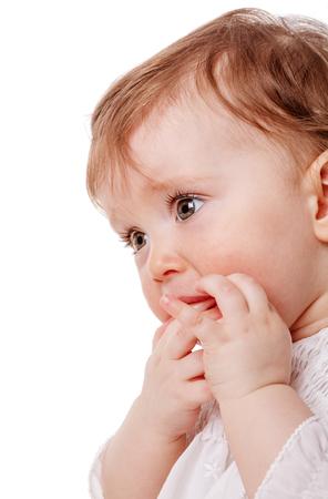 cara triste: Cerca Retrato de niña que aspira el dedo aislado en el fondo blanco Foto de archivo