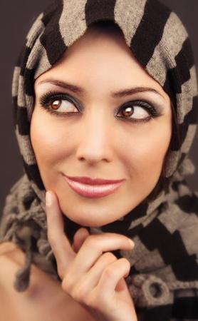 mujeres musulmanas: Retrato de Brown-eyed del primer mujer de la belleza con maquillaje