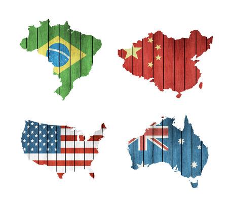 Conjunto de mapas con las banderas de madera EE.UU., Brasil, Australia y China sobre un fondo blanco