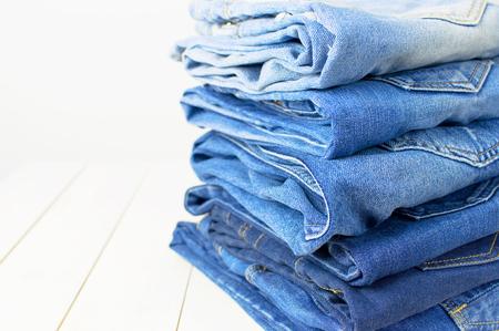 Jeans auf hellem Hintergrund. Detail der schönen blauen Jeans. Jeans Textur oder Denim Hintergrund. Kleidung, Mode