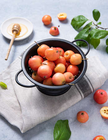 Mini juicy apples lie in a bowl  on a linen towel. Rustic style and top view 版權商用圖片