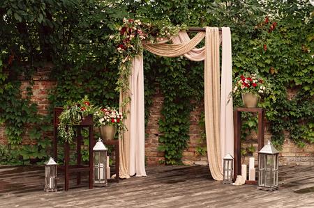 arquee para la ceremonia de la boda, decoración flores de tela verde,