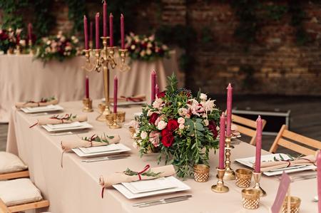 お祭り結婚式テーブルのろうそく花 写真素材