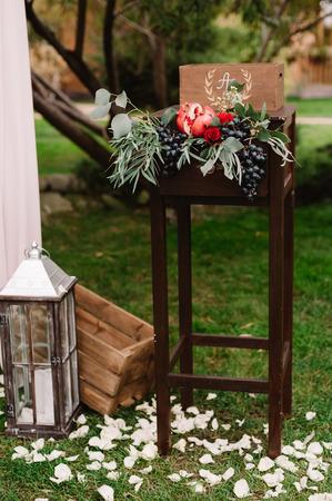 バラ、リンゴ、ブドウ、pomergranate の秋結婚式組成