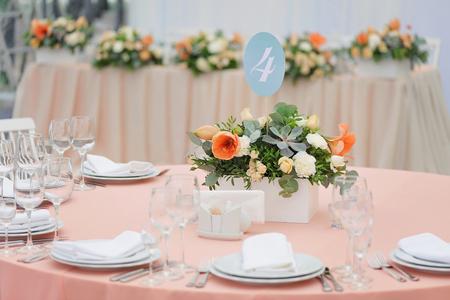 mesa de invitados de la boda adornado con el ramo y los ajustes Foto de archivo