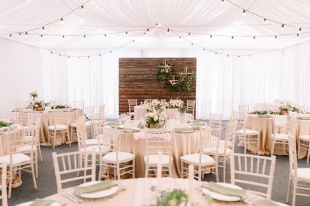 Bruiloft ingericht restaurant in lichte kleuren en rustieke stijl