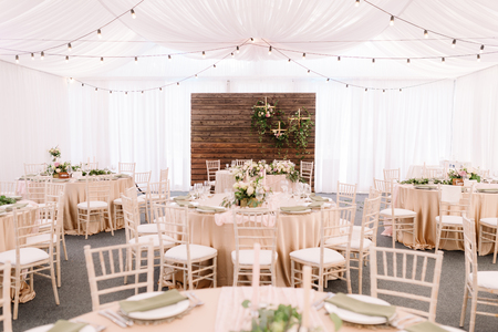 Wedding decorated restaurant in light colors and rustic style Standard-Bild