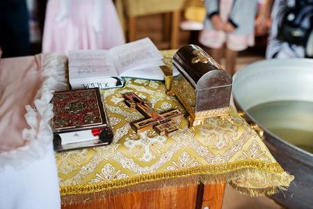 Libros, cruz para una ceremonia en la iglesia. Atributos de la iglesia ortodoxa